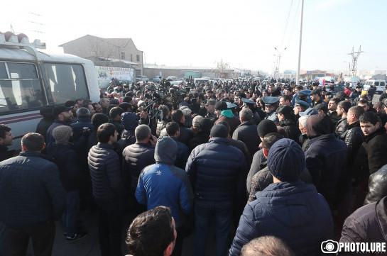 Депутат от фракции «Мой шаг» Айк Саркисян приехал к митингующим