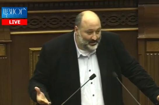 В зале парламента грустно, нет улыбок, а это значит, что мы делаем свою работу без удовольствия – Вараздат Карапетян