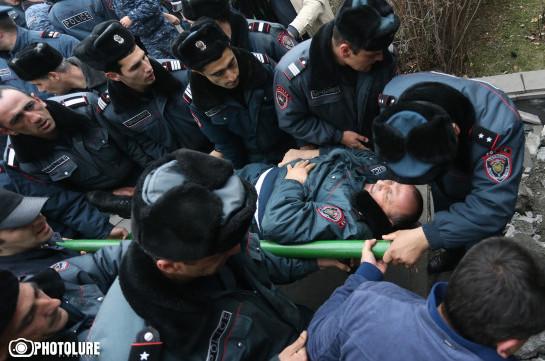 В результате столкновений во время акции протеста в Ереване госпитализирован еще один сотрудник полиции