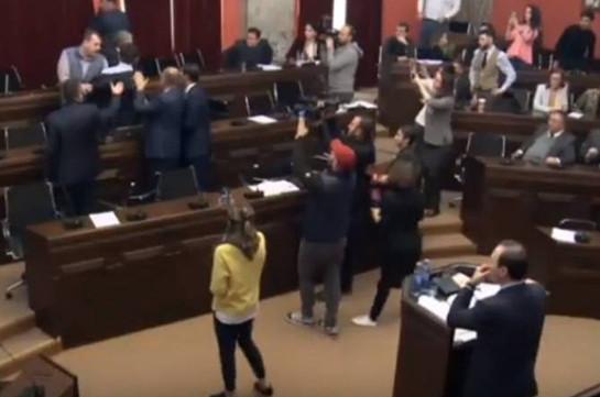 Վրաստանի խորհրդարանի իրավական հարցերի կոմիտեի նիստում ծեծկռտուք է տեղի ունեցել (Տեսանյութ)