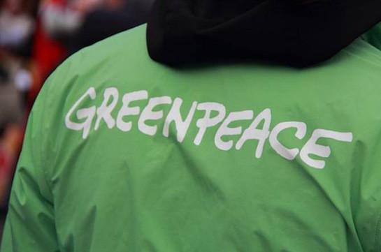 Активисты Greenpeace залезли на крышу здания правящей польской партии