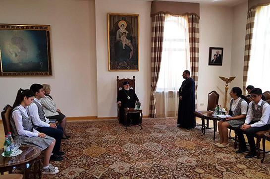 Կաթողիկոսն իր օրհնությունն է բաշխել «Էօրնեկեան» հանրակրթական դպրոցի աշակերտներին