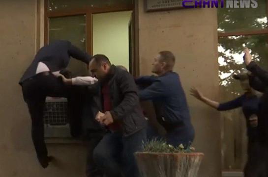Митингующие не позволили судье Давиду Балаяну войти в здание суда, он упал