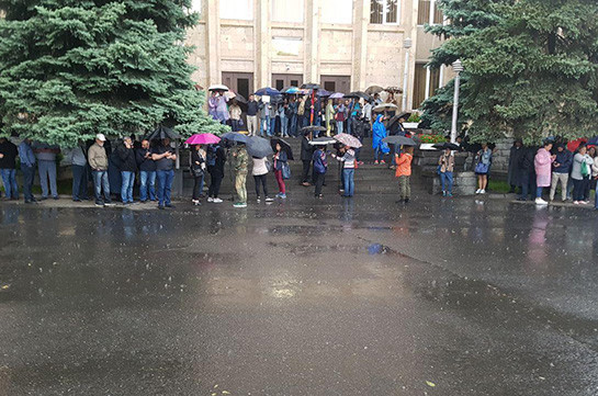 People close entrance to Constitutional Court (photos)
