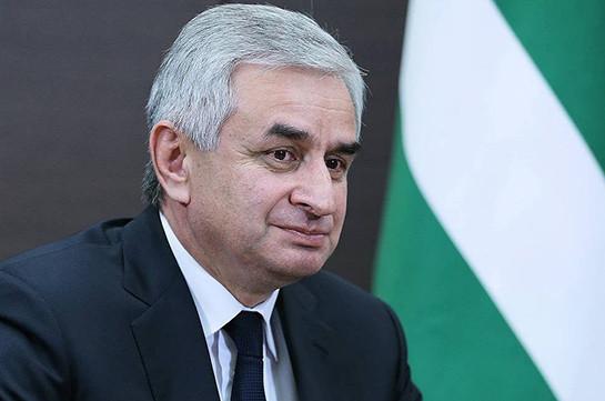 Президент Абхазии предложил оппозиции назначить выборы на 25 августа