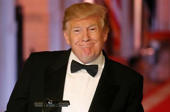 Трамп пришел в восторг от участника митинга, одетого в костюм стены