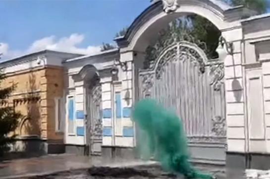 Националисты забросали усадьбу Порошенко файерами и востребовали высадить его (Видео)