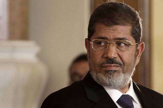 Mohammed Morsi: Egyptian ex-leader is buried after court death