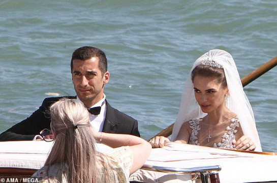The Daily Mail: Arsenal midfielder Henrikh Mkhitaryan kisses his beautiful bride Betty Vardanyan as they marry in Venice (photos)