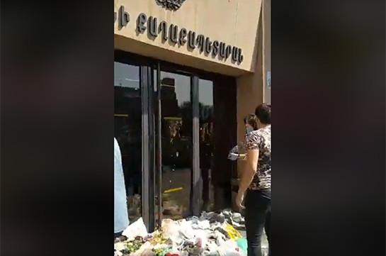 «Աղբը հանձնում ենք Երևանի քաղաքապետարանին» ակցիայի մասնակիցները բերման են ենթարկվել (տեսանյութեր)