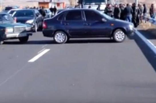 По предложению Сасуна Микаеляна, участники акции разблокировали трассу Ереван – Севан