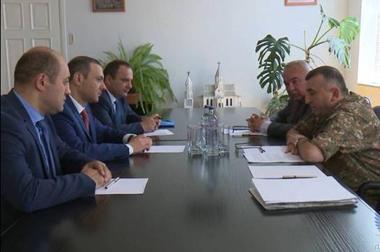 Շփման գծում օպերատիվ-մարտավարական իրադրությունը քննարկել են Արցախի պաշտպանության նախարարն ու ՀՀ անվտանգության խորհրդի քարտուղարը