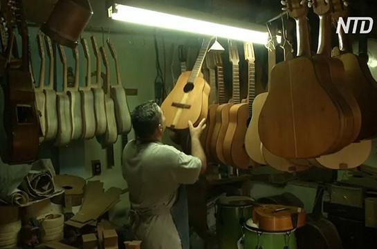 Кубинская семья делает музыкальные инструменты для школ из старой мебели (Видео)