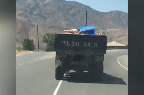 Տեսանյութ. ՊՆ համարանիշներով մեքենան սանիտարահիգիենիկ նորմերի  խախտմամբ միս է տեղափոխում զինծառայողների համար