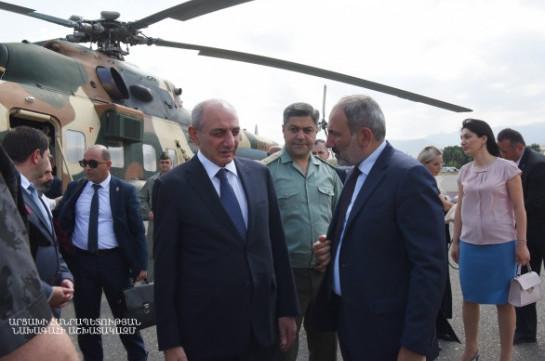 Artsakh president welcomes Armenia's PM in Stepanakert airport