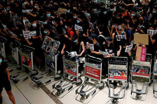 Все протестующие покинули зал прилетов аэропорта Гонконга