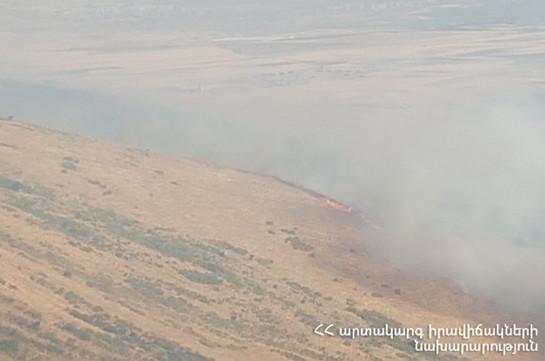 Շարունակվում են Արայի լեռան ստորոտում բռնկված հրդեհի հրդեհաշիջման աշխատանքները