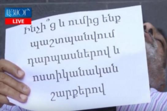 Վարդգես Գասպարին ակցիա է իրականացնում կառավարության շենքի մոտ (Տեսանյութ)