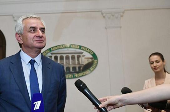 Хаджимба побеждает на выборах президента Абхазии. Его оппонент намерен оспорить итоги