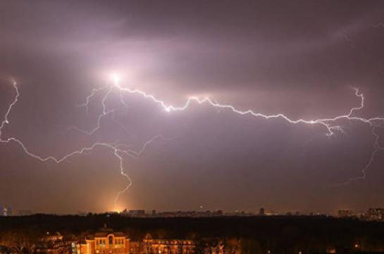 На востоке Индии 17 человек погибли от ударов молний во время ливней