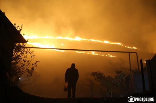 Հրավառությունից հետո այրվում է Հաղթանակի զբոսայգու հարակից տարածքը. Լուսանկարներ