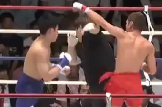 В Японии боксер нокаутировал судью (Видео)