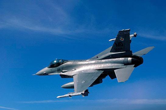 F-16 американских ВВС в Японии выронил в полете учебную ракету