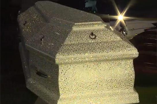 Новинки выставки в Москве: гроб со стразами (Видео)
