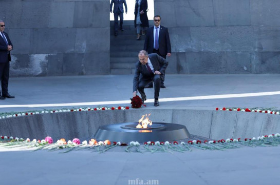 Russia's FM pays tribute to victims of Armenian Genocide (photos)