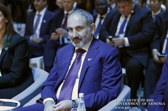 Никол Пашинян участвует во Втором Парижском форуме мира: премьер подарил Библиотеке форума книгу об армянах