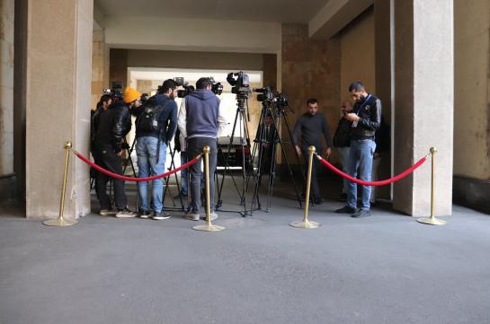 ԱԺ մուտքերից մեկի մոտ տեղադրվել էին բարիկադներ՝ սահմանափակելով լրագրողների աշխատանքը. Վարչապետը մասնակցում էր նիստին