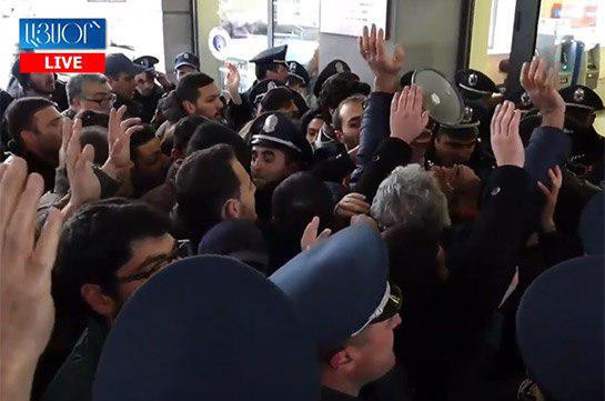 Situation outside Education, science, culture and sport ministry tensed, young people try to enter the building to meet with the minister (video)