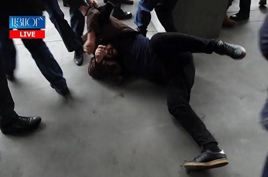 Ոստիկանները բռնի ուժով հեռացնում են ՀՅԴ երիտասարդներին ԿԳՄՍ նախարարության մուտքի մոտից (Տեսանյութ)