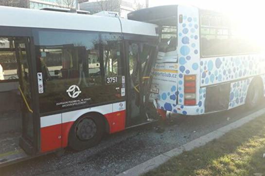 В ДТП с автобусами в Праге пострадали 18 человек, из них 13 детей