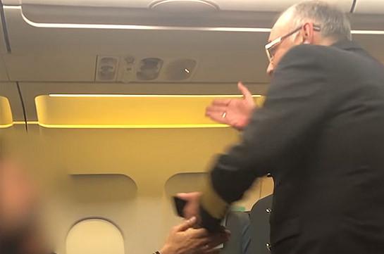 Слишком часто выбегавший из кабины пилот азербайджанец заставил нервничать пассажиров самолета (Видео)