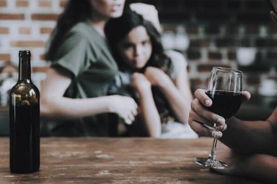 На севере Франции запретили алкоголь, опасаясь за семейные отношения во время карантина
