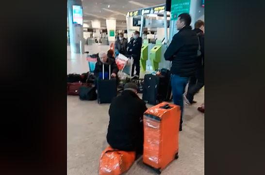 Группа армян застряла в московском аэропорту «Домодедово» (Видео)