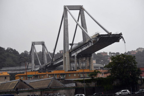 В Италии обрушился автомобильный мост через реку