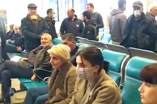 Հայաստնի ղեկավարությունը չի ուզում՝ մենք գանք Հայաստան, ասում են՝ տեղի խնդիր ունեն. Մոսկվայի օդանավակայանում մնացած հայերն անելանելի վիճակում են (Տեսանյութ)
