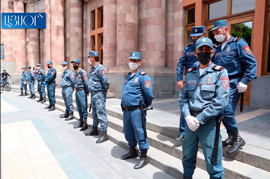 Six employees of restaurant sector protesting outside government building apprehended