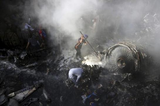 Число жертв крушения самолета в Пакистане выросло до 97