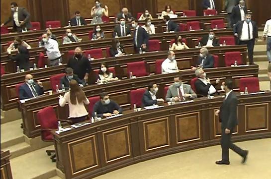 Կրկին 20 րոպե ընդմիջում՝ այս անգամ հանրաքվեի մասին օրենքում փոփոխությունների հարցի քվեարկությունից առաջ