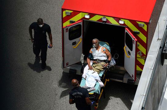 В США 19 человек пострадали при падении большого дерева на гараж
