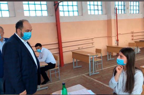Նախարարն այցելել է Կապանի դպրոց, որտեղ անցկացվում է մաթեմատիկայի միասնական քննությունը (Տեսանյութ)