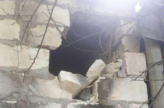 Հուլիսի 13-ին հակառակորդի արկակոծության հետևանքով Չինարի գյուղում վնասված շինություններից մեկը (Լուսանկարներ)