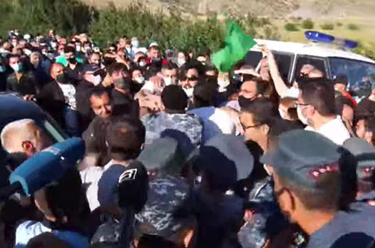 Tensed situation at Amulsar, police apprehends protesters