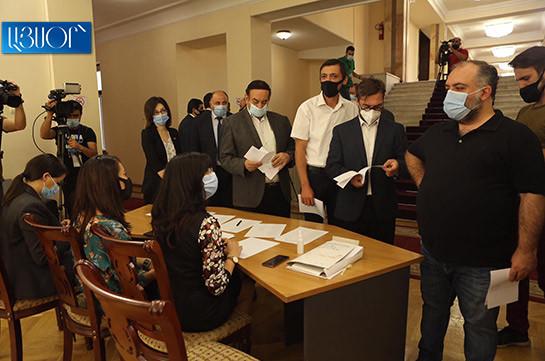 В парламенте Армении избирают судей Конституционного суда
