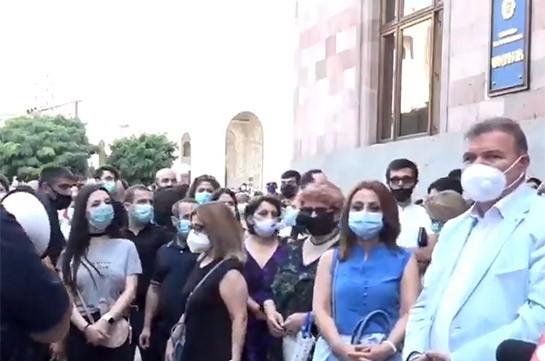 Преподаватели  государственного экономического университета проводят акцию перед зданием правительства
