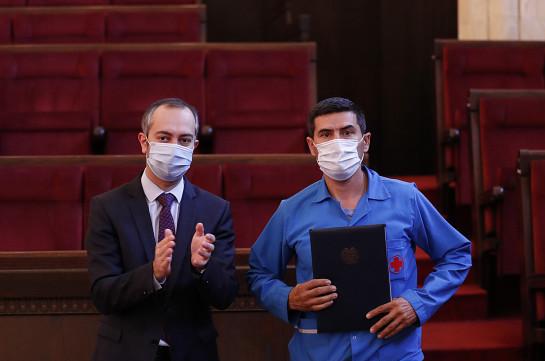 ՀՀ վարչապետի շնորհակալագրերով են խրախուսվել 100-ից ավելի բուժաշխատողներ և պետական կառավարման համակարգի աշխատակիցներ