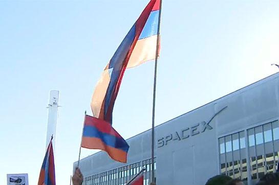 «Вы убиваете армян!»: Протестующие собралисьперед штаб-квартирой SpaceX